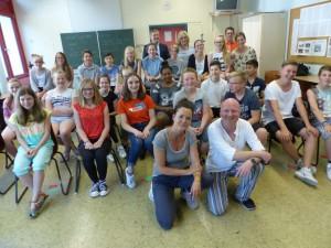 Die Klasse 7m mit den Schauspielern Stefanie Steinbrink und Markus Brockmeyer und Herrn Beine, Frau van Lück (CJD-Sekundarschule),Herrn Ludewig (Volksbank Versmold) und Frau Walter (Haus der Familie)